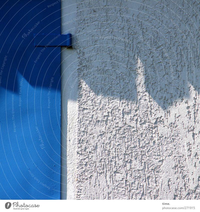 Hiddensee | Halbschatten mit Schnalle Haus Mauer Wand Fassade Tür Scharnier Putz Stein Metall Design Kontrolle Ordnung Versicherung blau grau Farbfoto