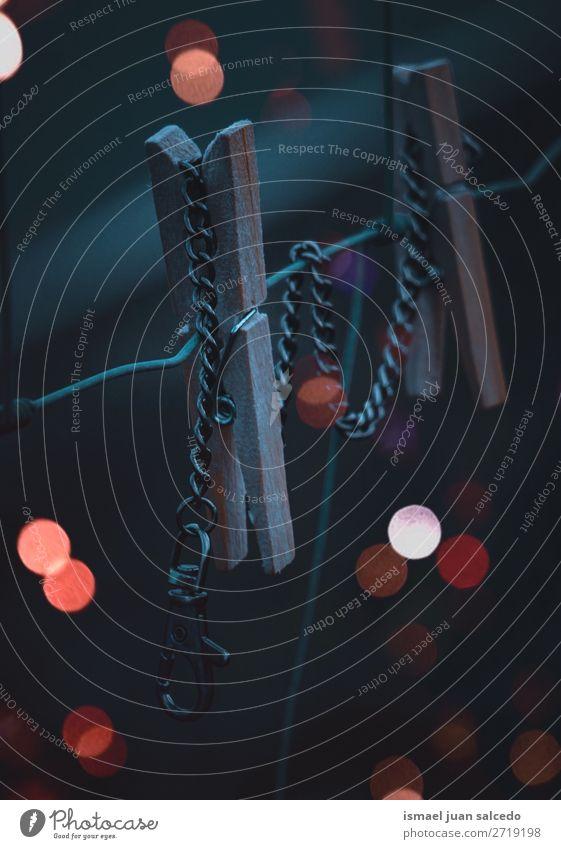 Holzklemme im Seil bei Nacht Wäscheklammern Objektfotografie Zaun Draht mit Stacheln versehen Stacheldraht Außenaufnahme Drahtzaun Verlassen Licht farbenfroh