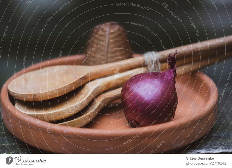 Zwiebel mit Löffeln in einem Teller Fleisch Gemüse Brot Suppe Eintopf Mittagessen Abendessen Kaffee Schalen & Schüsseln Topf Haus Tisch Küche Baum Blatt Holz