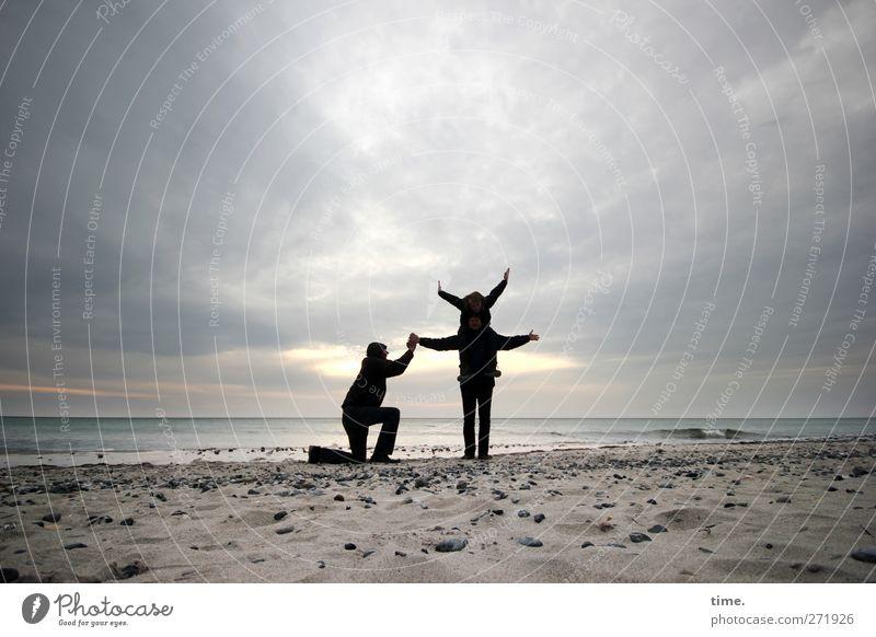 Hiddensee | Vollschatten mit Einlage Mensch Himmel Strand Freude Wolken Küste Horizont skurril Phantasie Sandstrand Akrobatik Wolkenhimmel akrobatisch Wolkendecke Wolkenfeld Wolkenwand