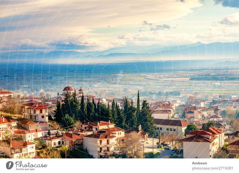 Griechisches Stadtabendpanorama mit Häusern mit rotem Dach, Tal und Berge im Hintergrund, Kalambaka, Thessalien, Griechenland Kalabaka Herbst schön Gebäude