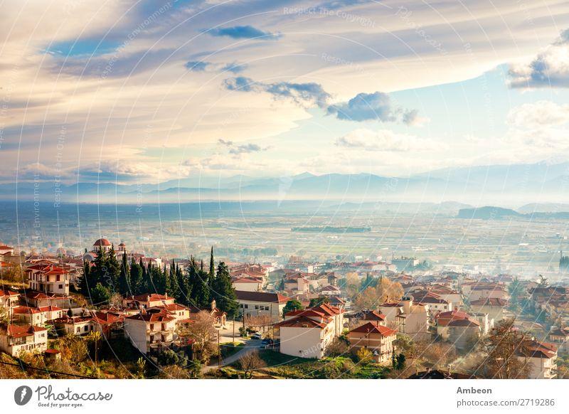 Griechisches Stadtpanorama bei Sonnenuntergang mit Häusern mit rotem Dach, Tal und Berge im Hintergrund, Kalambaka, Thessalien, Griechenland Kalabaka Herbst
