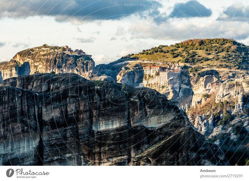 Die Klöster Varlaam und Grand Meteora, auf den Felsen gebaut, Berglandschaft, Meteors, Trikala, Thessalien, Griechenland Abtei Architektur schön christian