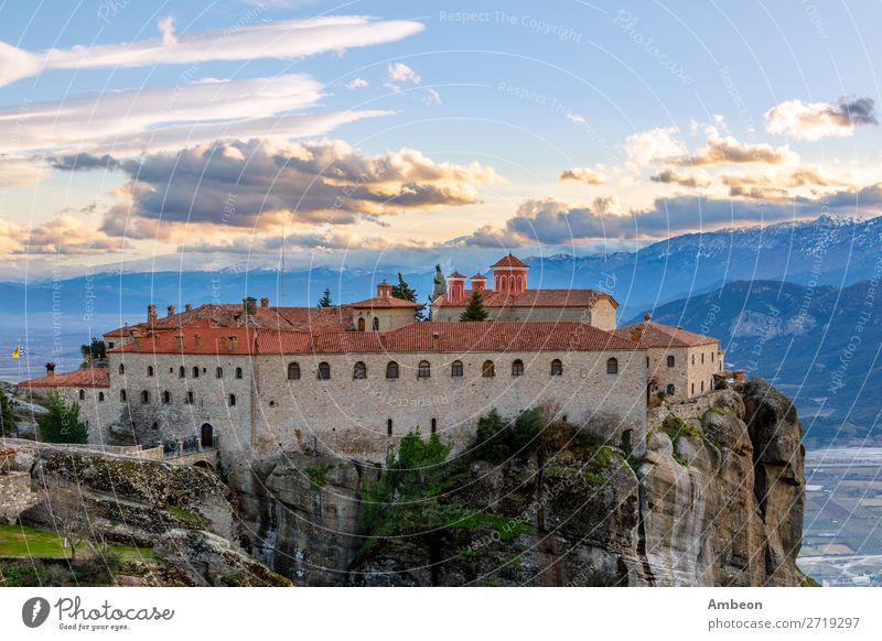 Agios Stephanos oder Kloster St. Stephanos auf dem riesigen Felsen mit Bergen und Stadtlandschaft im Hintergrund, Meteors, Trikala, Thessalien, Griechenland