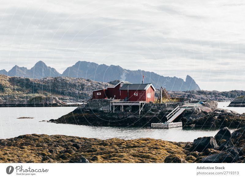 Haus mit Pier am See klein Anlegestelle Wasser Küste Hügel Berge u. Gebirge