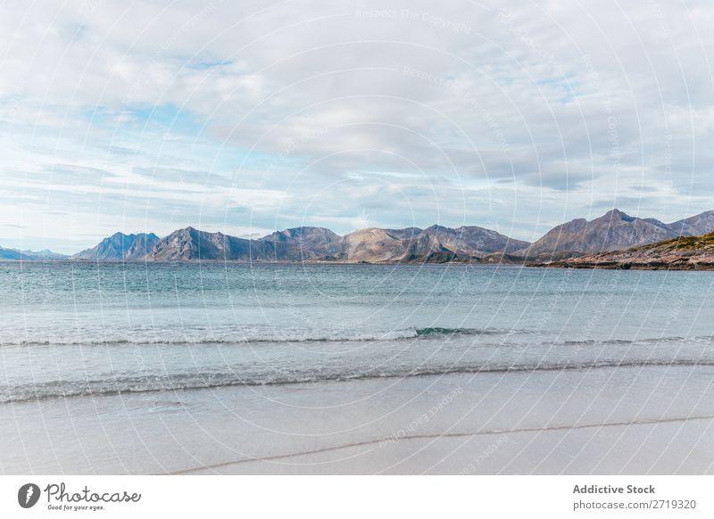 Wellen und Blick auf die Hügel Küste See Wasser Berge u. Gebirge Gipfel