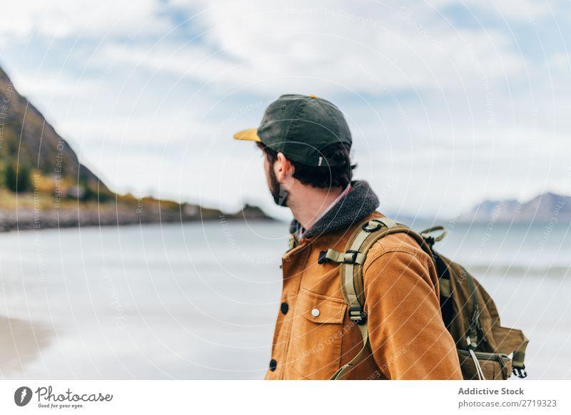 Tourist Mann am See Berge u. Gebirge Hügel Rucksack Wasser