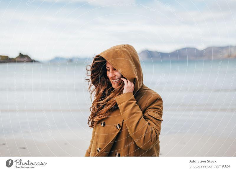 Lächelnde Frau am See Tourist Berge u. Gebirge Hügel heiter