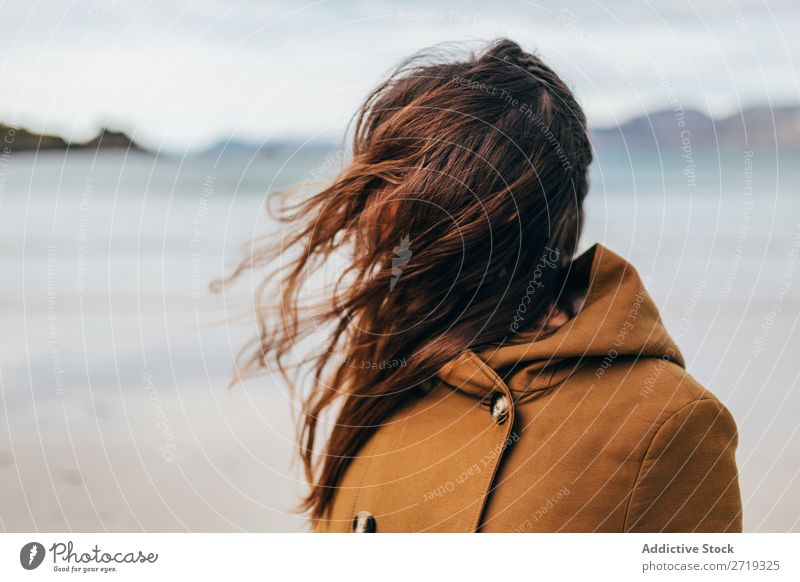 Frau, die am See posiert. Tourist Berge u. Gebirge Hügel heiter Wasser