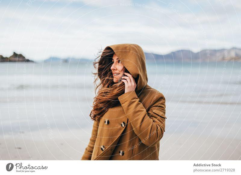 Frau, die am See posiert. Tourist Berge u. Gebirge Hügel heiter Lächeln