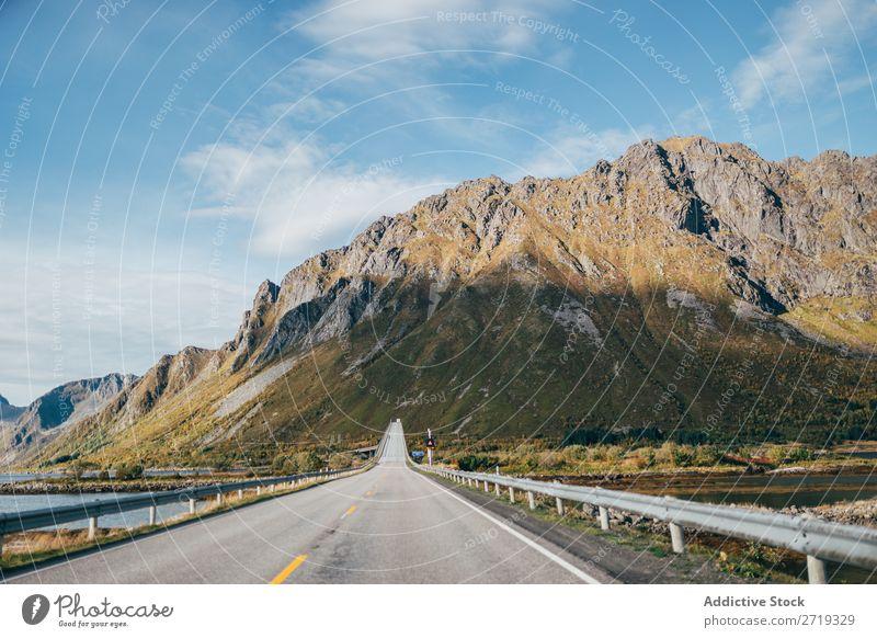 Asphaltstraße in den Bergen Straße Hügel Berge u. Gebirge Gipfel Natur Autobahn ausleeren Landschaft Höhe Felsen Ferien & Urlaub & Reisen Abenteuer schön Klippe