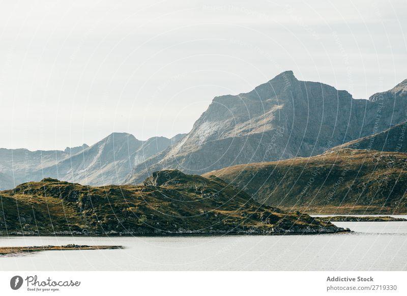 Blick auf See und Berge Hügel Berge u. Gebirge Gipfel Natur Landschaft Höhe Küste