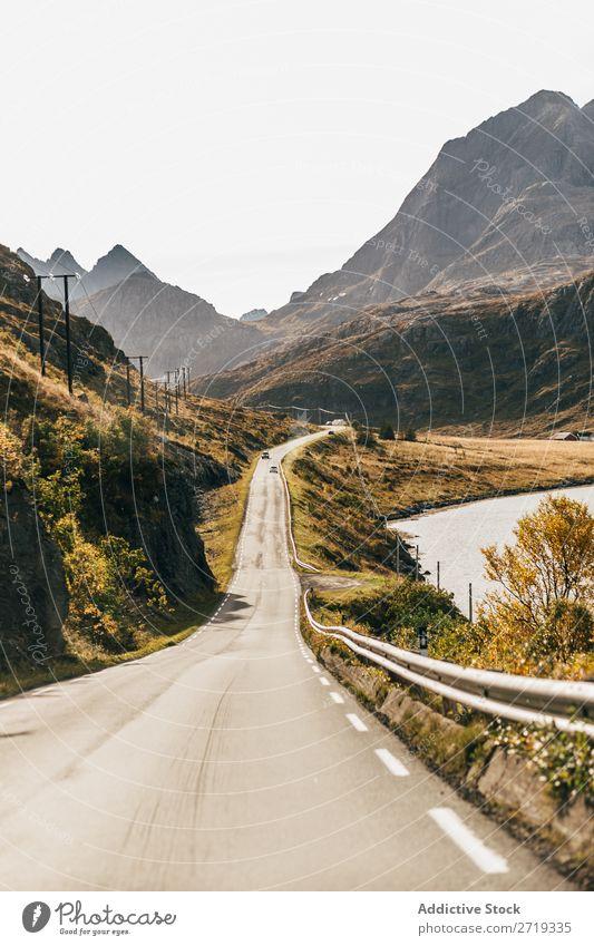 Schmale Straße in den Bergen Berge u. Gebirge See Wege & Pfade Ausflug Autobahn Natur schmal Landschaft Wasser Herbst Himmel Aussicht majestätisch ruhig