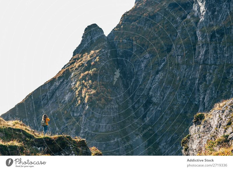 Frau in den Bergen Berge u. Gebirge Aussicht wandern Freiheit Gipfel Rucksack Abenteuer Felsen Klippe Trekking Tourist Ferien & Urlaub & Reisen extrem Aktion