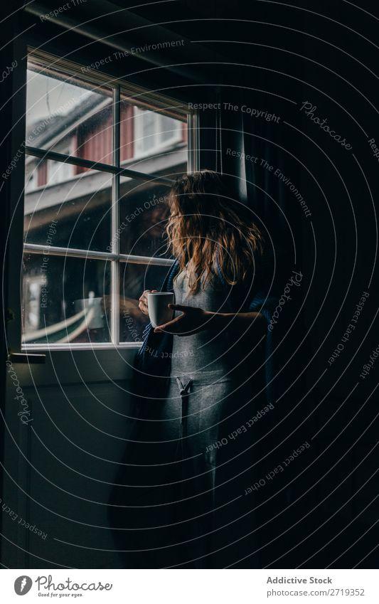 Frau mit Tasse am Fenster Kaffee Morgen Mensch Becher Tee trinken schön hübsch attraktiv Erholung ruhen Freizeit & Hobby Getränk genießend Aussicht