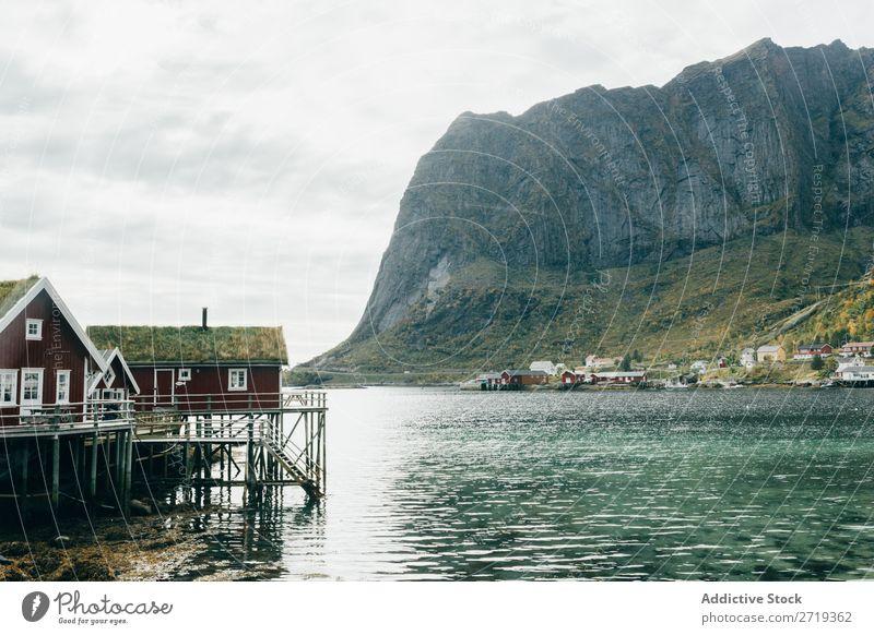Häuser am Seeufer Dorf Berge u. Gebirge Natur Landschaft Haus atemberaubend Wasser Küste Himmel Aussicht majestätisch ruhig Gipfel Schottisches Hochlandrind