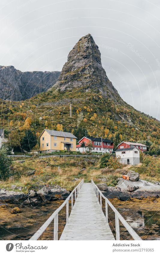 Schmale Brücke im Dorf Straße Wege & Pfade Ausflug Autobahn Natur schmal Landschaft Herbst Himmel Aussicht ruhig friedlich Wohnsiedlung Haus Idylle wunderbar