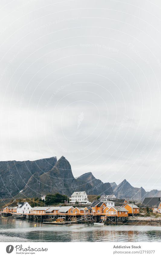 Bergdorf am See Dorf Berge u. Gebirge Natur Landschaft Haus atemberaubend Wasser Küste Himmel Aussicht majestätisch ruhig Gipfel Schottisches Hochlandrind