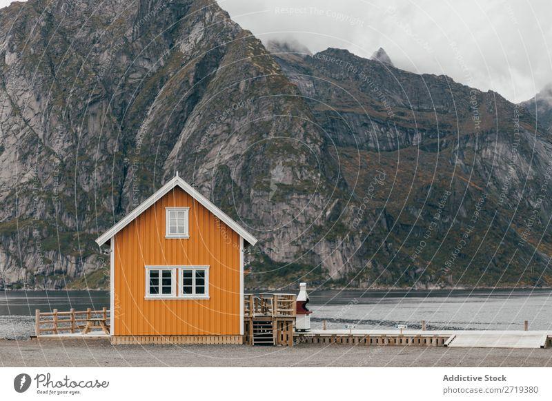 Hütte am Seeufer Berge u. Gebirge Natur Landschaft Haus atemberaubend Wasser Küste Himmel Aussicht Nebel majestätisch ruhig Gipfel Schottisches Hochlandrind