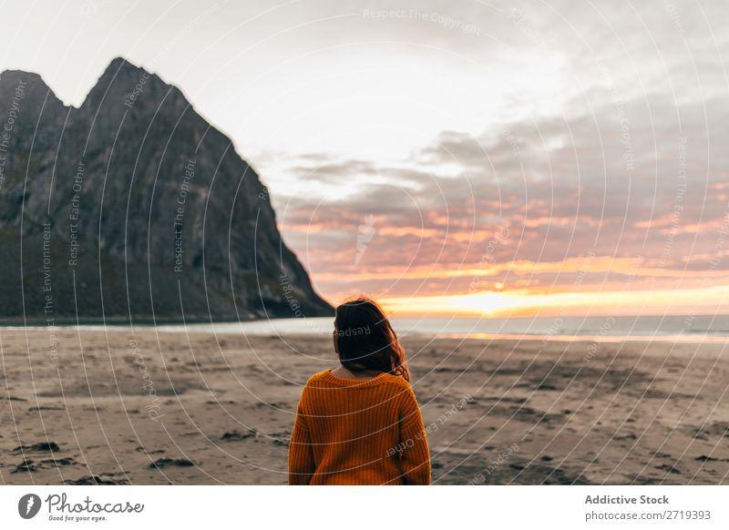 Frau genießt die Morgendämmerung Bucht Hügel Natur Meer Ferien & Urlaub & Reisen Himmel