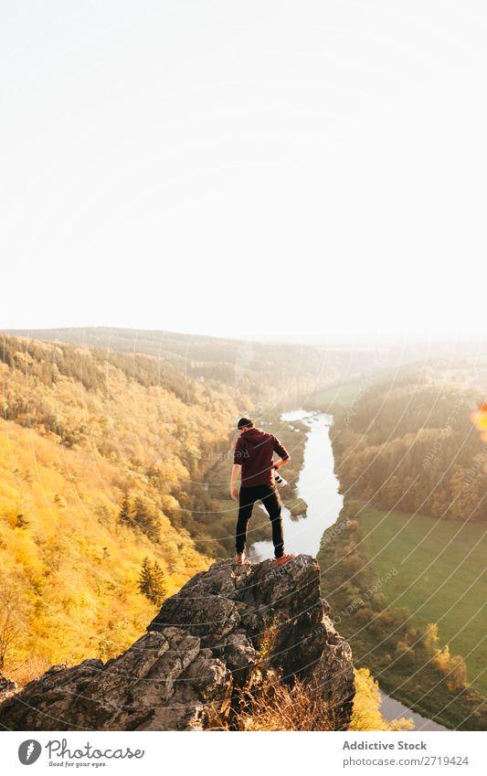 Der Mensch am Rande der Klippe in der Natur Reisender Tal Herbst Erkundung Höhe Berge u. Gebirge Gelände Aussicht Ferien & Urlaub & Reisen träumen Ausflug ruhig