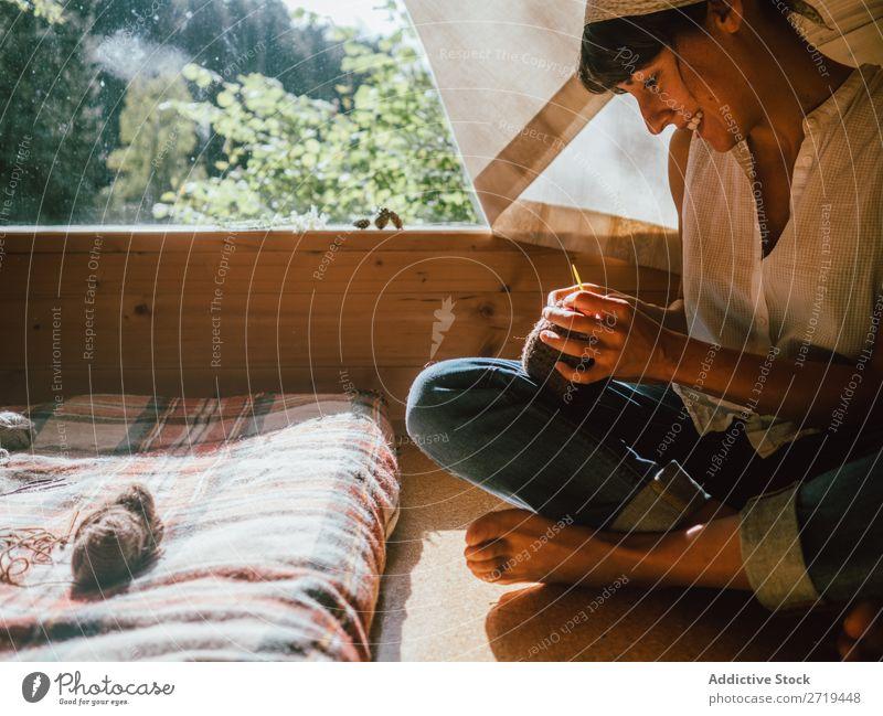 Frau beim Stricken im Sonnenlicht stricken Haus Natur heimwärts Erholung Zufriedenheit Wollstoff bequem Geborgenheit Holz Sommer rustikal Stil Morgen genießend