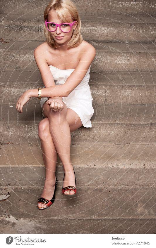#271945 Stil Freizeit & Hobby Frau Erwachsene Leben Mensch Treppe Mode Kleid Accessoire Brille blond beobachten Erholung Kommunizieren sitzen träumen