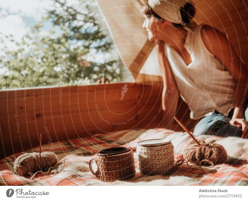 Frau auf Holzhaus genießt Sonne Sonnenlicht Natur Haus Sommer Terrasse rustikal Stil Morgen genießend abgelegen Frieden Genuss Landschaft Aufregung