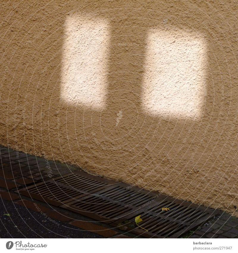 Fenster, irgendwo Haus Mauer Wand Straße Wege & Pfade Gully Pflastersteine Asphalt Stein Beton leuchten hell Stadt grau weiß Sicherheit trösten Sehnsucht