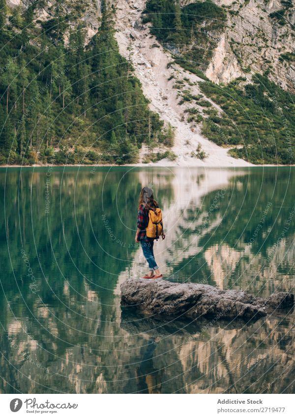 Frau mit Rucksack in der Natur Backpacker Berge u. Gebirge Ferien & Urlaub & Reisen wandern Ausflug Abenteuer Trekking Landschaft Freiheit extrem erkunden Sport