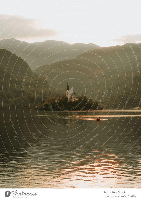 Kleine Insel mit Gebäude zwischen dem See. Bled See, Slowenien. Haus Landschaft Cottage Ferien & Urlaub & Reisen Wasser ländlich Außenaufnahme