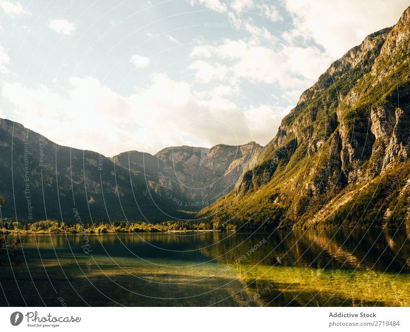Atemberaubender Blick auf den See in den Bergen Berge u. Gebirge Sonnenlicht Landschaft Reflexion & Spiegelung ruhig Wasser Panorama (Bildformat) natürlich