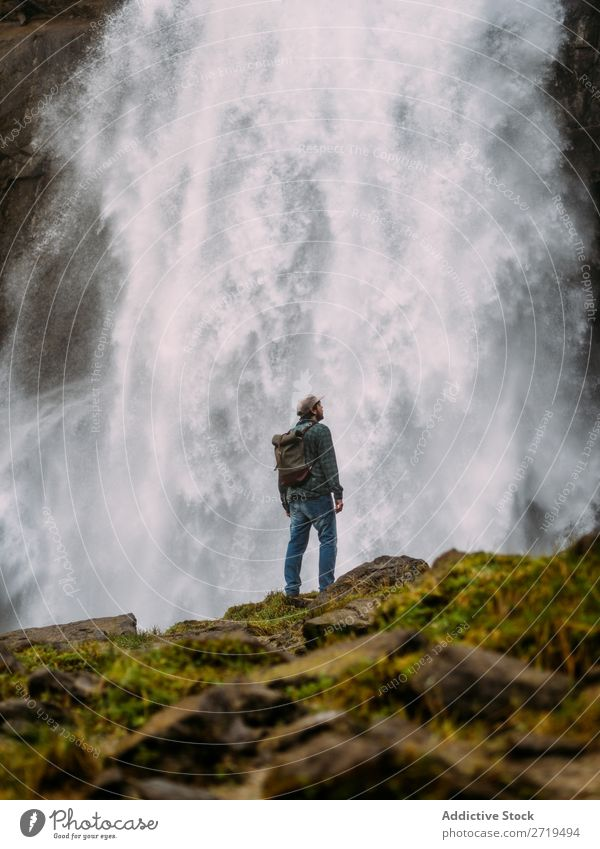 Mann auf dem Hintergrund des Wasserfalls Tourist Ferien & Urlaub & Reisen Natur Abenteuer grün natürlich Ausflugsziel Trekking Landschaft Kaskade kampfstark Wut