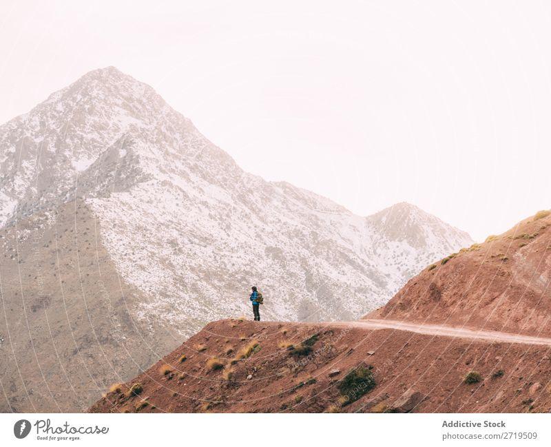 Anonyme Person auf der Bergstraße Mensch Berge u. Gebirge Tourismus Landschaft Felsen Abfahrt Wege & Pfade Ferien & Urlaub & Reisen