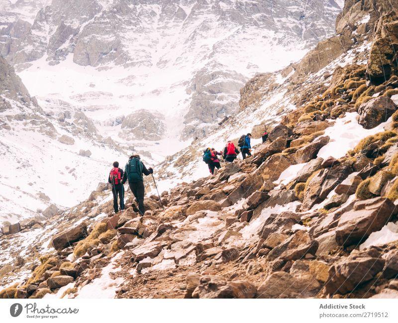 Touristische Wanderungen in den Bergen Mensch Berge u. Gebirge Wege & Pfade Tourismus Winter Landschaft Felsen wandern