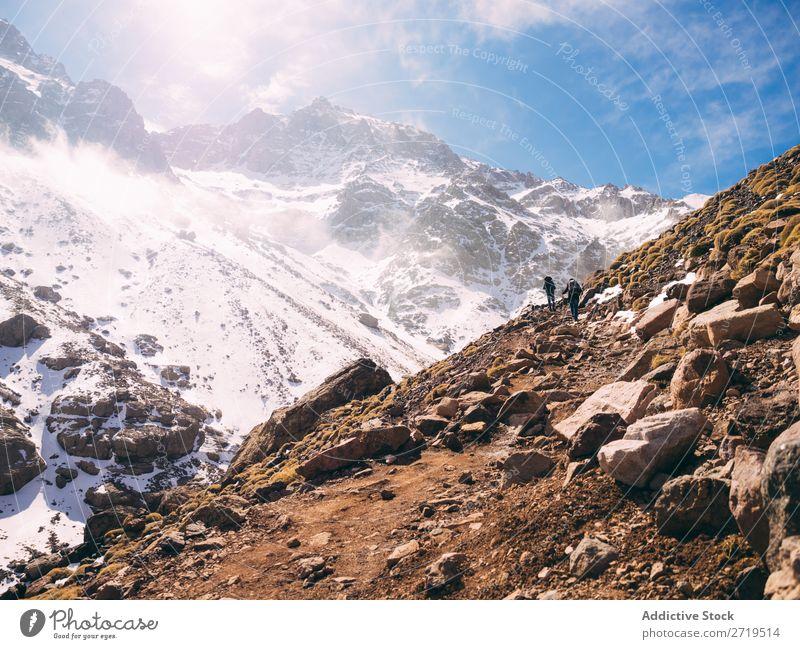 Touristische Erkundung der Berge Mensch Berge u. Gebirge Tourismus Winter Landschaft Felsen wandern Schnee