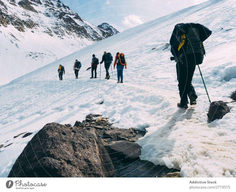 Menschen auf verschneiten Abfahrten Berge u. Gebirge Tourismus Winter Landschaft Felsen wandern Schnee