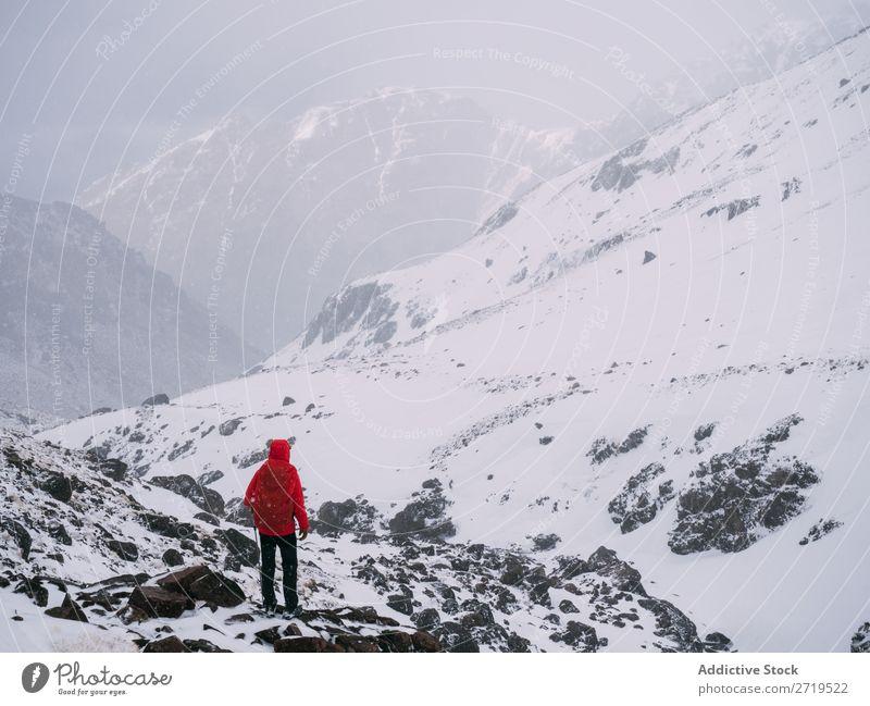 Anonyme Person in verschneiten Bergen Berge u. Gebirge Schnee Tourismus Landschaft Winter Felsen Ferien & Urlaub & Reisen Natur Panorama (Bildformat) gefroren