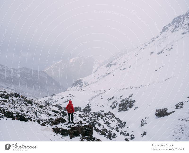 Anonyme Person in verschneiten Bergen Mensch Berge u. Gebirge Tourismus Winter Landschaft Felsen Abfahrt Schnee