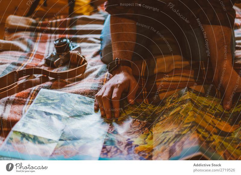 Getreideperson, die den Menschen untersucht. Landkarte Fotoapparat Reisender Tourismus Ferien & Urlaub & Reisen Abenteuer planen Backpacker Tourist Abenteurer