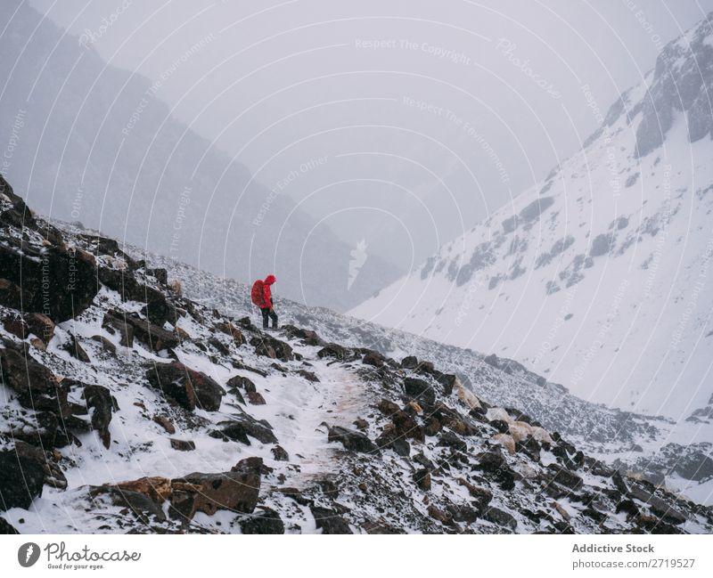 Person im Schneesturm in den Bergen Mensch Berge u. Gebirge Tourismus Winter Landschaft Felsen Abfahrt