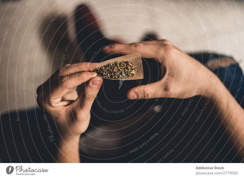 Person, die die Verbindung herstellt Joint machen Mensch Unkraut Rauch Marihuana Cannabis Rauschmittel Pflanze Betäubungsmittel Medikament Hand natürlich Papier