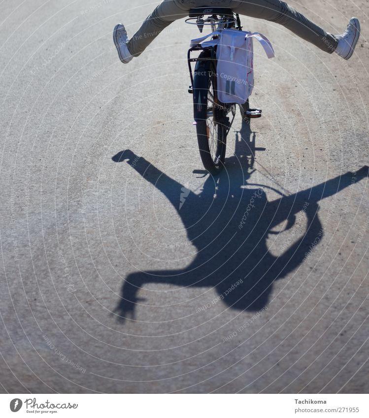 freifüssig feminin Frau Erwachsene Beine 1 Mensch 18-30 Jahre Jugendliche Sonne Sonnenlicht Sommer Schönes Wetter Verkehrsmittel Fahrradfahren Straße Hose