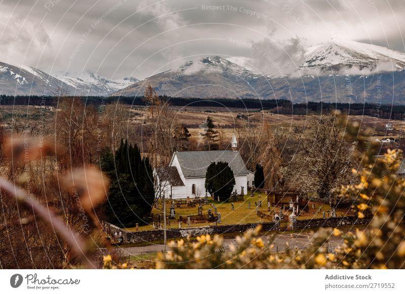 Kleine Kirche in den Bergen Berge u. Gebirge Wolken Gras Haus klein regenarm Natur