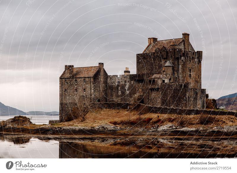 Historisches Schloss am See Burg oder Schloss alt historisch Küste Felsen Hügel Berge u. Gebirge
