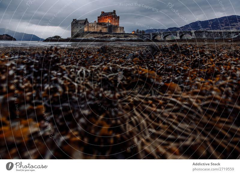 Küste und Burg in den Bergen Burg oder Schloss Felsen See Hügel Berge u. Gebirge Landschaft Natur
