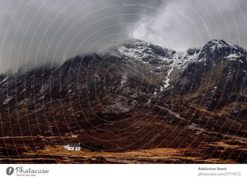Weißes Haus am Big Mountain Berge u. Gebirge Wolken Gras regenarm klein weiß Natur Landschaft natürlich Ferien & Urlaub & Reisen Felsen Tourismus Stein Nebel