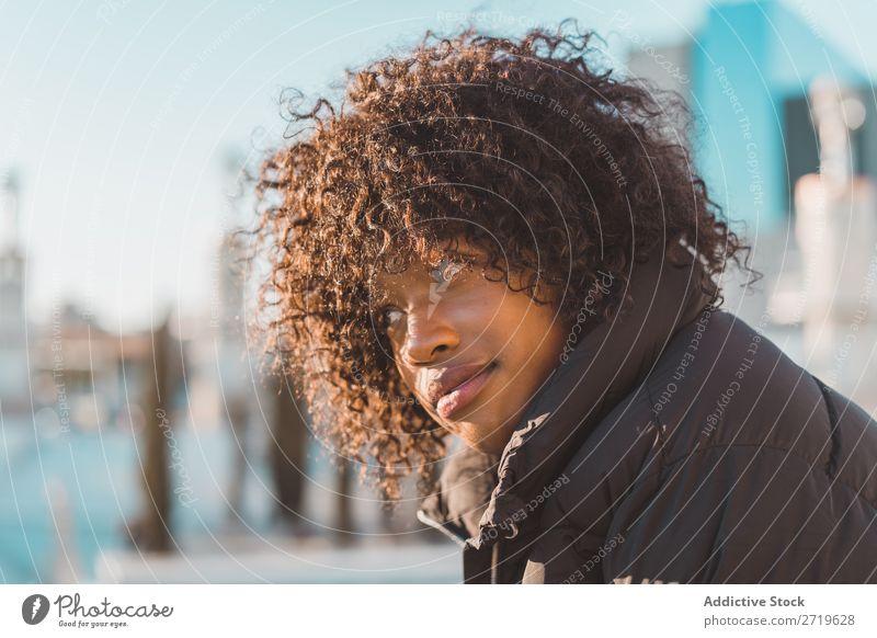 Stilvolle Frau auf dem Zaun sitzend urwüchsig schön Jugendliche Großstadt Park