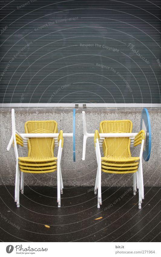 Mucki-Bude... Möbel Stuhl Tisch schlechtes Wetter stehen gelb schwarz Bar Korbstuhl Gartenstuhl Rollladen Kiosk geschlossen Feiertag Sonntag Pause ruhen