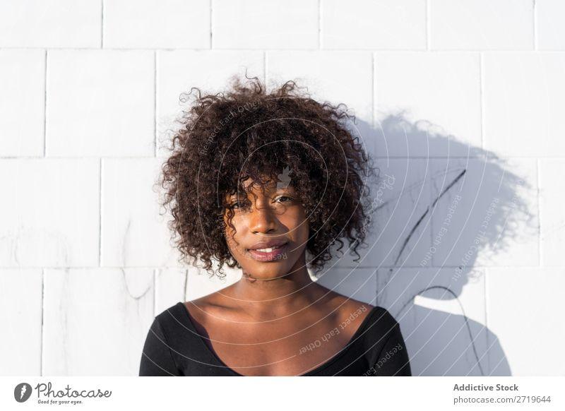 Ethnische Frau an der weißen Wand urwüchsig schön Jugendliche Porträt Mensch attraktiv